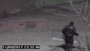 imagenes de la camara de vigilancia , donde se ve a un joven con un escudo de policia